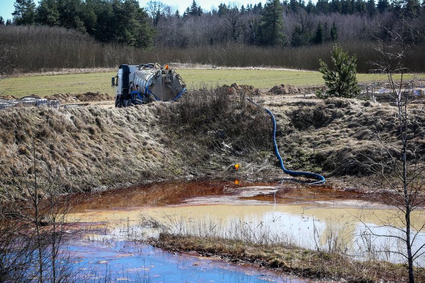 Molėtų plente  tvarkomos į aplinką išpiltos pavojingos atliekos