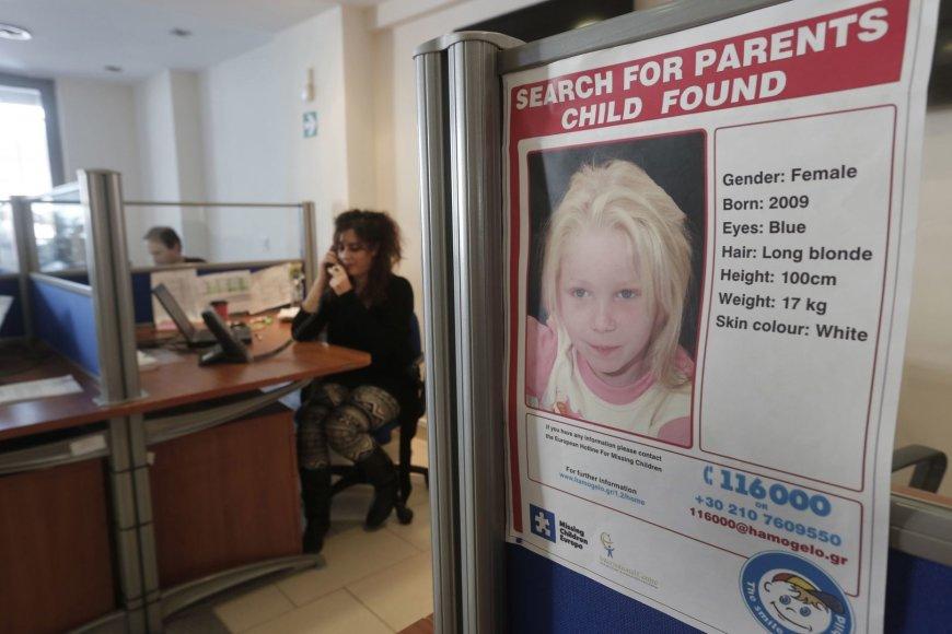 Graikijos policija bando nustatyti romų tabore rastos mergaitės tapatybę