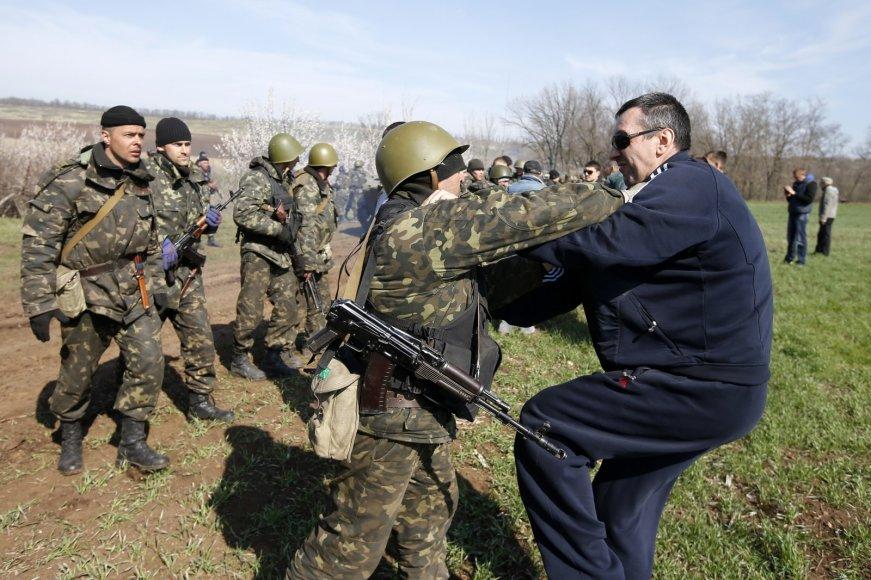 Prorusiški kovotojai konfliktuoja su Ukrainos kariais