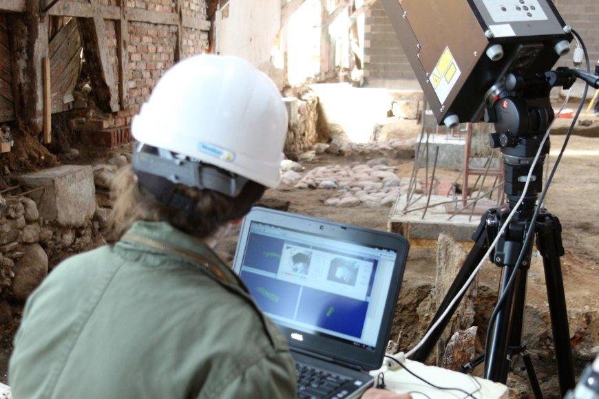 Archeologai senajame sandėlyje aptiko analogų neturinčią silkių rūšiavimo ir laikymo sistemą.