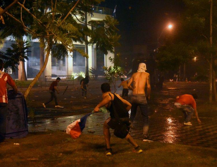 Per protestus Asunsjone nusiaubtas ir padegtas parlamentas.