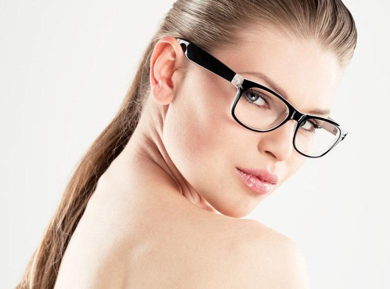 Neryškus makiažas įmantriais akinių rėmeliais pasipuošusios moters
