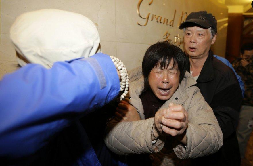 """""""Malaysian Airlines"""" dingusio lėktuvo keleivių artimųjų reakcija išgirdus naujienas, kad niekas iš jame buvusių žmonių neišgyveno."""