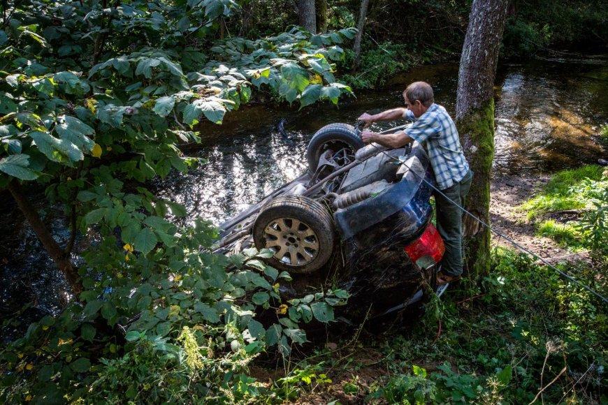Patekęs į avariją kontrabandininkų žvalgų automobilis