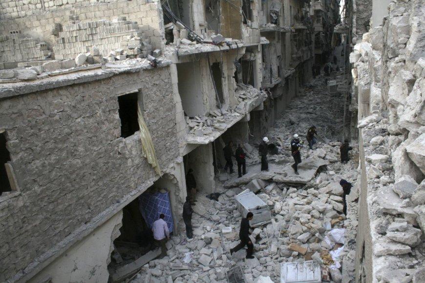 Griuvėsiai po oro reido Alepo mieste.