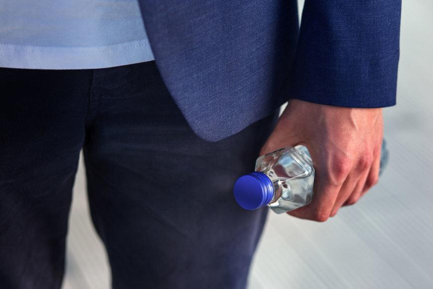 Vandens buteliukas rankose