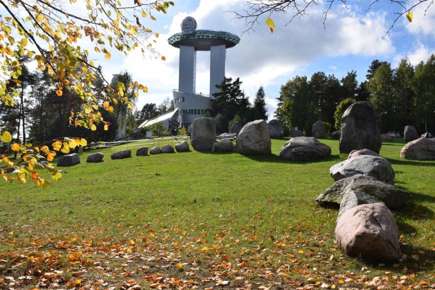 Paleoobservatorijos megalitai greta Lietuvos etnokosmologijaus muziejaus – senovę menantis šių laikų statinys