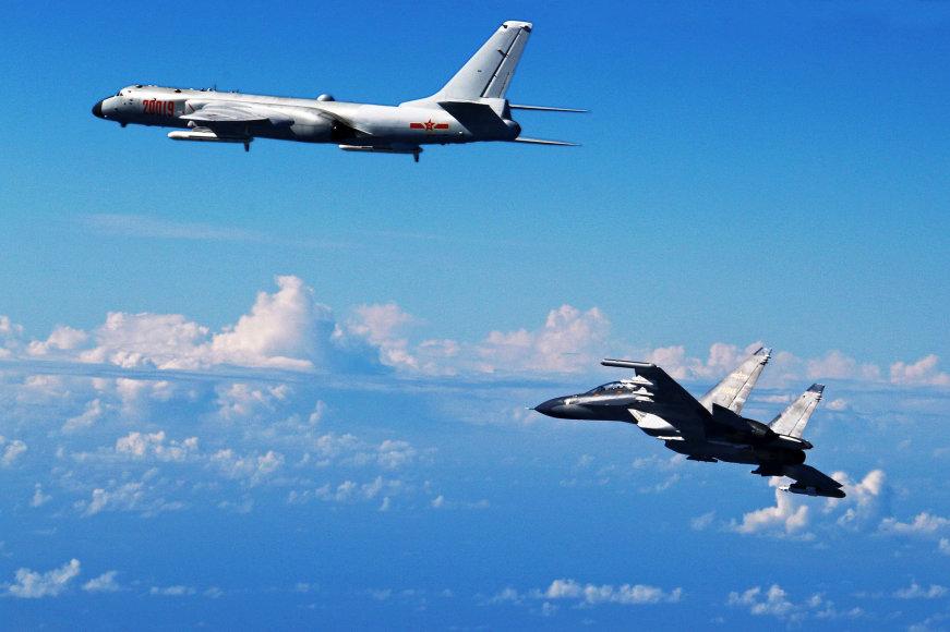 Du naikintuvai Su-30 perėmė JAV žvalgybos lėktuvą
