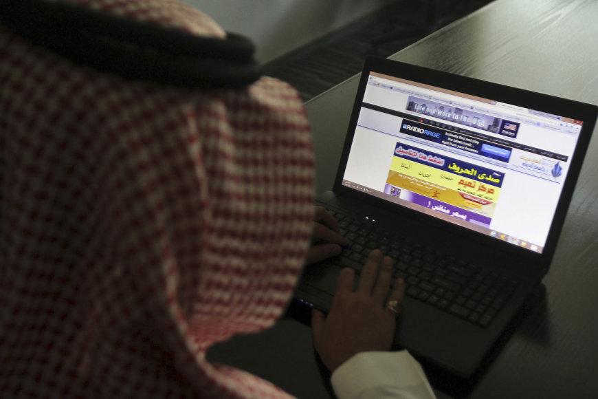 Saudo Arabijos pilietis naršo internete