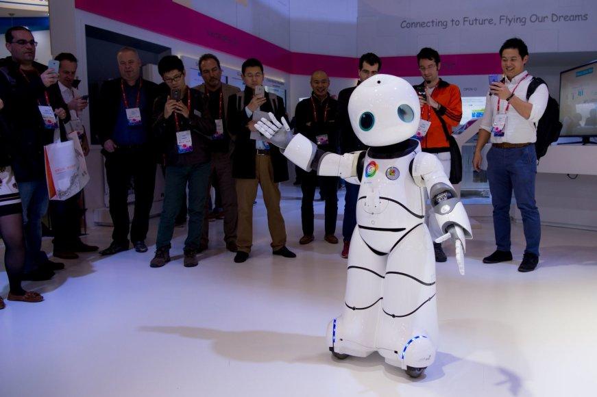 "Šokantis robotas parodoje ""Mobile World Congress"""