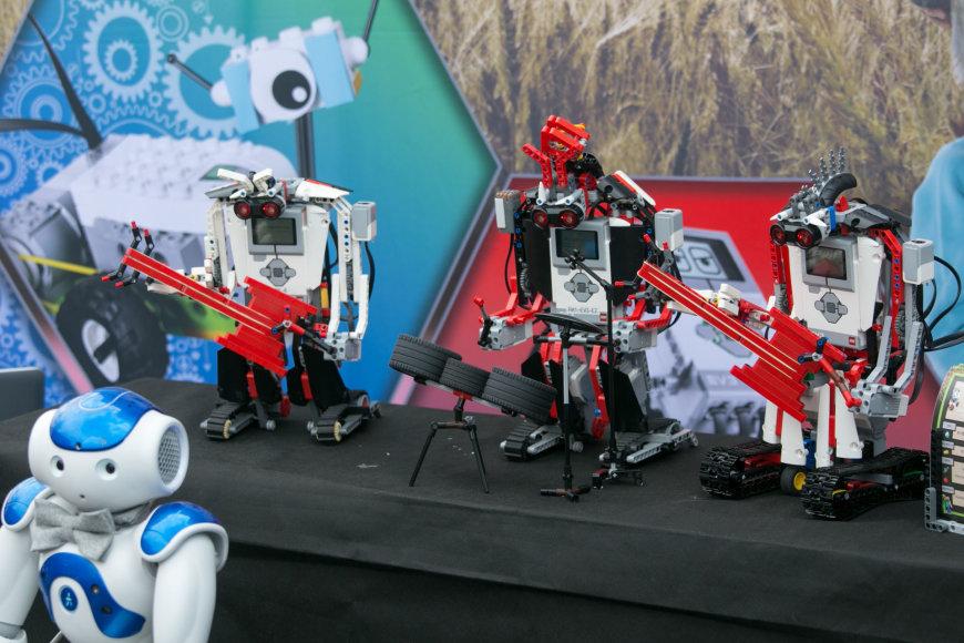 Muzikuojančių robotų pasirodymas