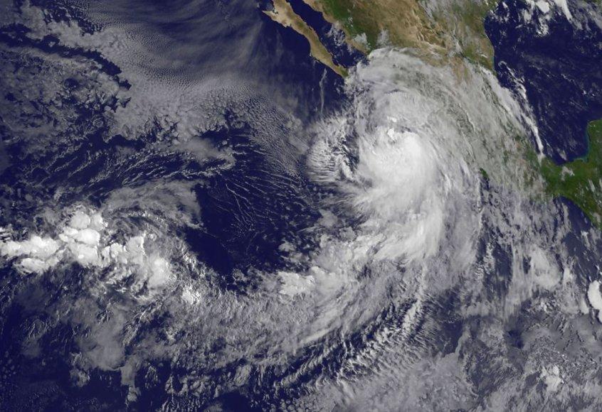 """Atogrąžų audra """"Newton"""" pirmadienį sustiprėjo iki uragano"""