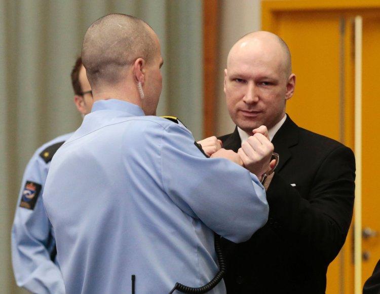 Norvegijoje į teismo posėdį atvykęs ekstremistas Breivikas pademonstravo nacių pasisveikinimą