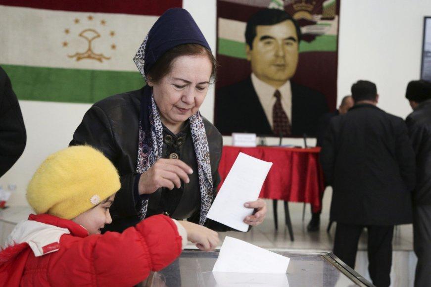 Moteris balsuoja Tadžikistano rinkimuose.