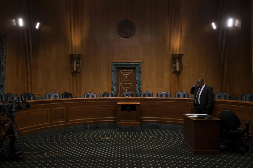 Tuščia JAV Senato Finansų komiteto salė po demokratų boikoto