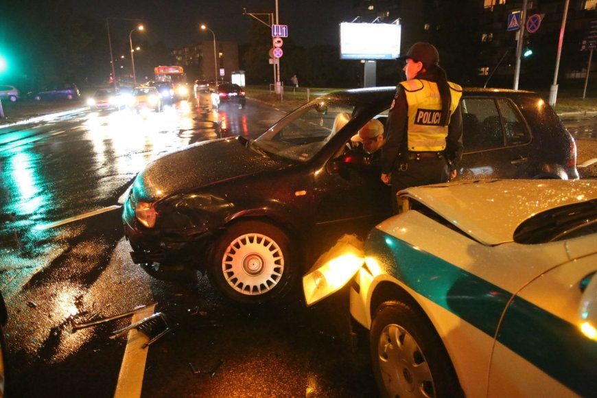 Policijos pareigūnė sukėlė avariją