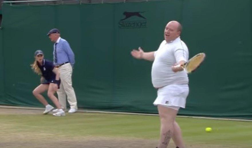 Teniso fanas apsirengė moteriškais drabužiais