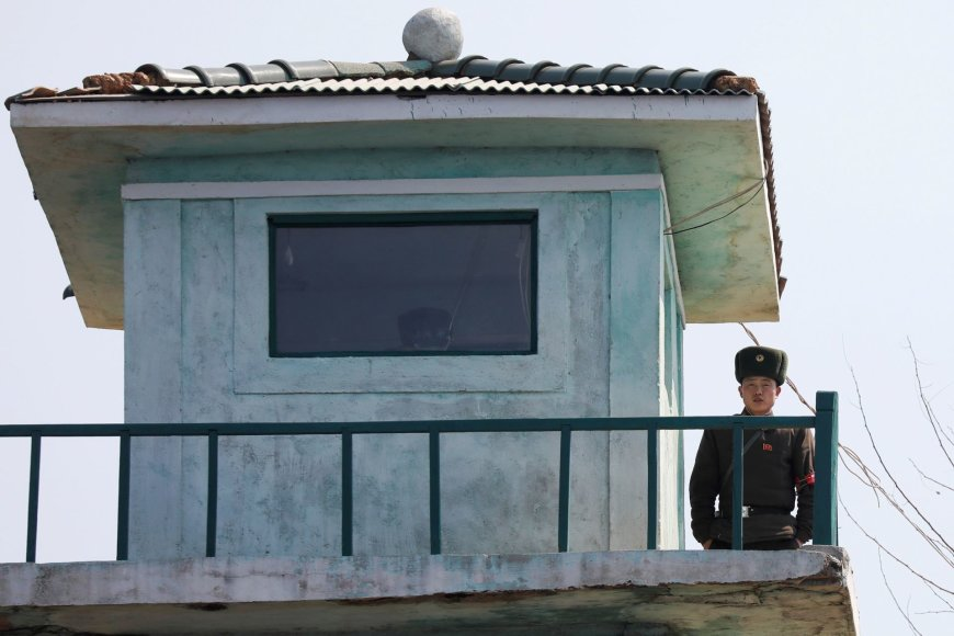 Šiaurės Korėjos pusėje budintys pareigūnai