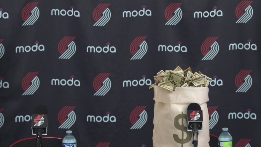 Portlando klubo spaudos konferencija su pinigų maišu