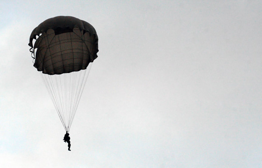 Moksleivis leidžiasi parašiutu