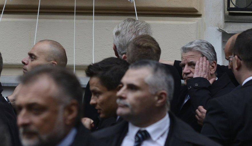 Vienas kiaušinis pataikė  Vokietijos prezidentui Joachimui Gauckui į smilkinį.