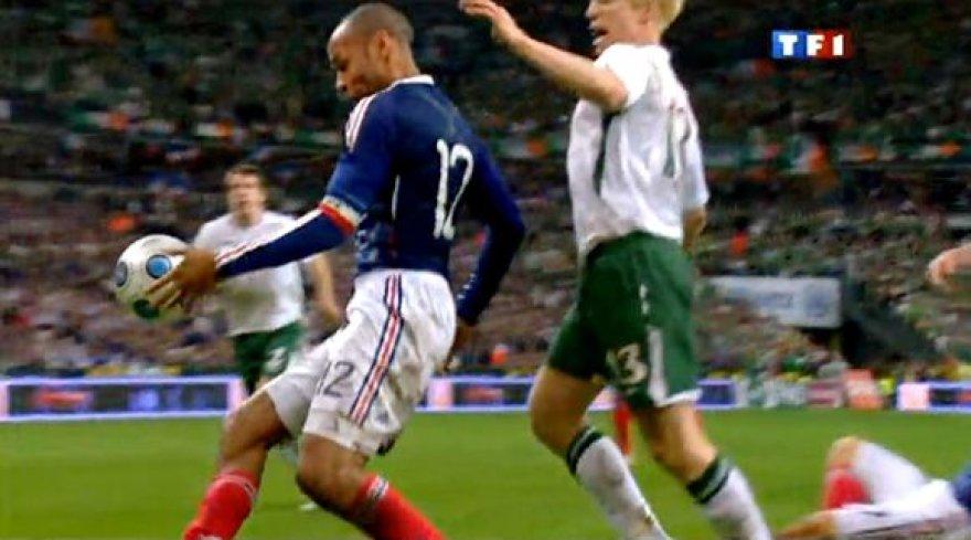 Thierry Henry kamuolį sustabdė ranka