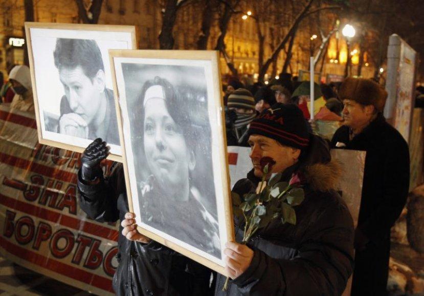 Eitynės nuo Nikitos bulvaro, žmonės laiko Stanislavo Markelovo ir Anastasios Baburovos portretus