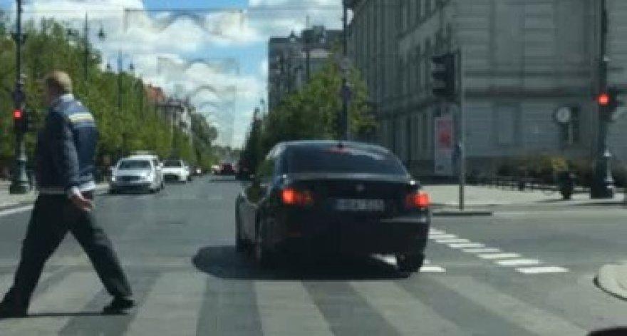 BMW važiuoja per raudoną