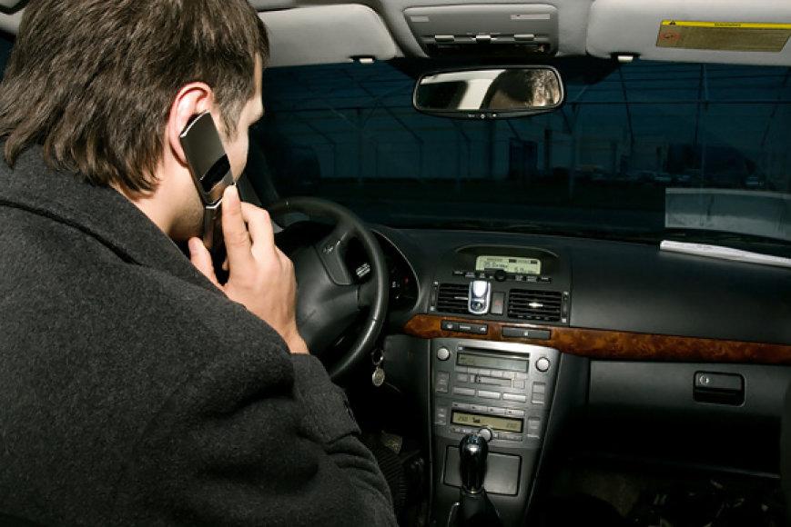 Kalbėti telefonu vairuojant - draudžiama