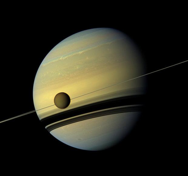 """Titanas, Saturnas ir jo žiedai. Šis šešių kadrų montažas vaizduoja Saturną, jo žiedus ir milžiniškąjį mėnulį Titaną, kuris yra antras didžiausias mėnulis Saulės sistemoje po Jupiteriui priklausančio Ganimedo (Nuotrauka daryta 2012 kovo 6 d., kai """"Cassini"""" nuo Titano skyrė 770 tūkst. km)"""