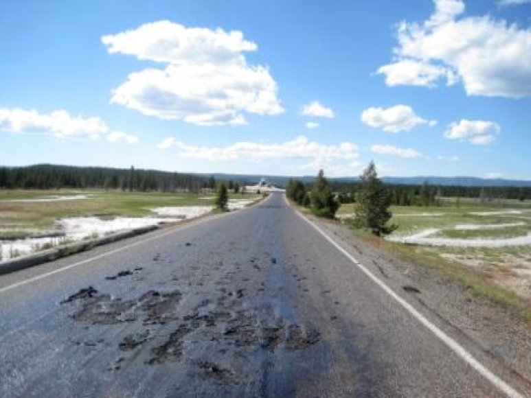 Nuo karščio išsilydęs asfaltas