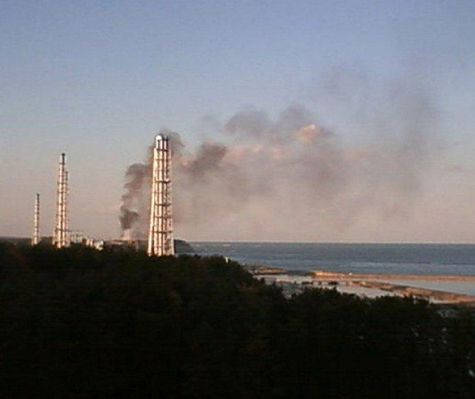 Virš Fukušimos-1 atominės elektrinės kyla juodi dūmai