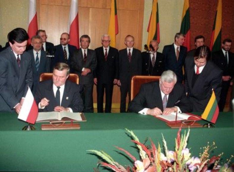 Prezidentai Lechas Walęsa ir Algirdas Brazauskas pasrašo istorinę sutartį