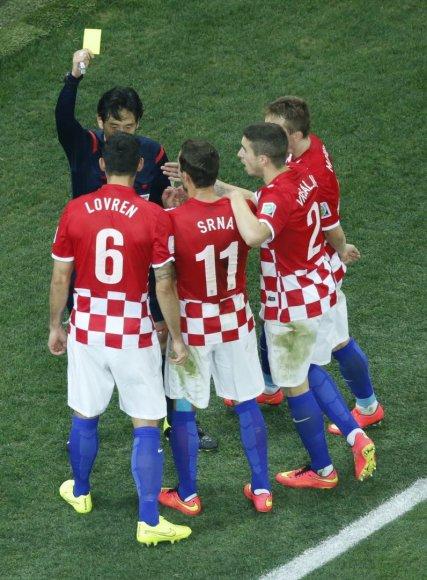 Futbolo rungtynių teisėjas Yuichi Nishimura rodo geltoną kortelę kroatui Dejanui Lovrenui (6)