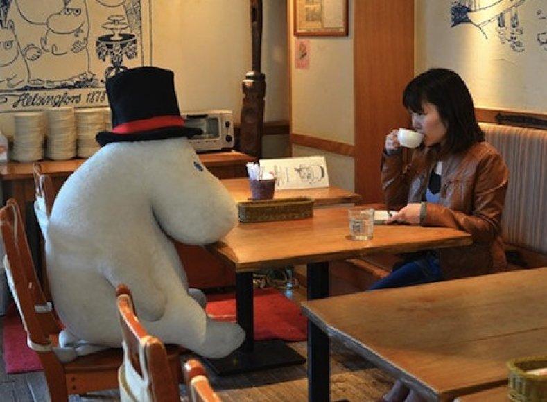 Kavinė Japonijoje vienišius sodina kartu su pliušiniais žaislais