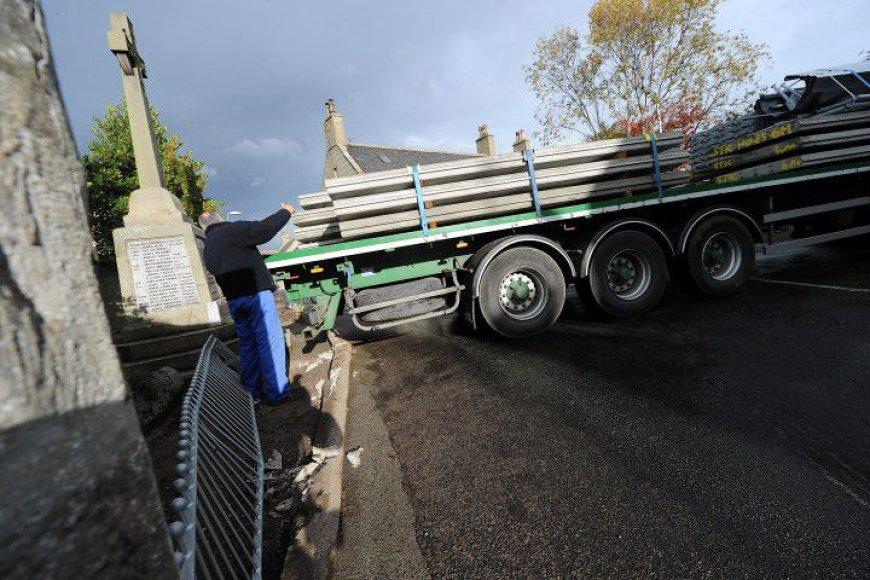 Vilkiką Škotijoje vairavęs lietuvis vos neišvertė paminklo