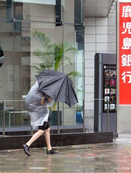 Praeivė pietinėje Japonijos Kiūšiū saloje siaučiant taifūnui Vongfong