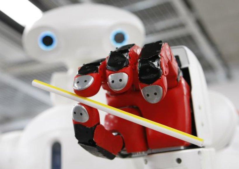 Robotas laiko šiaudelį.