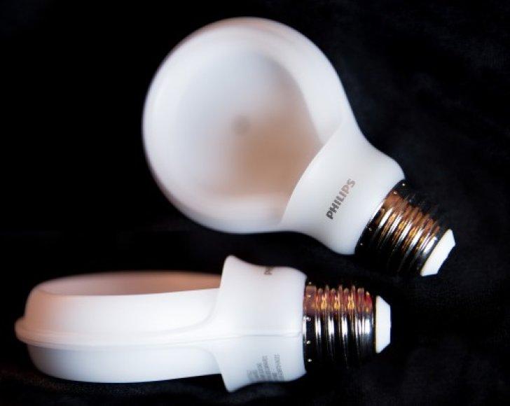"""""""Phillips"""" tikina, kad šias lemputes reikia kesiti vos kartą per 23 metus"""