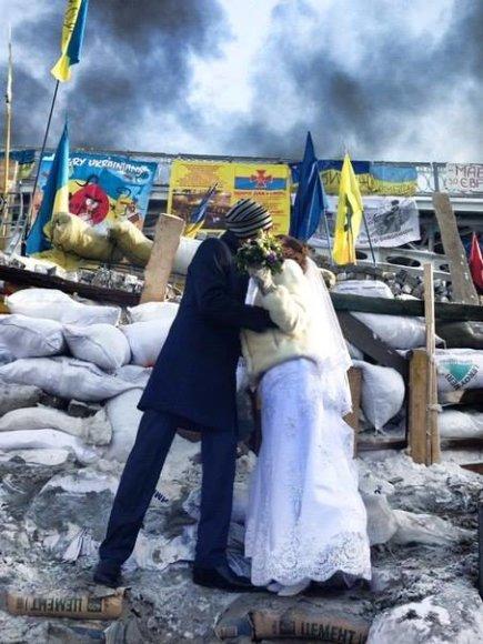 Nusiaubto Kijevo fone – jaunavedžių bučinys.