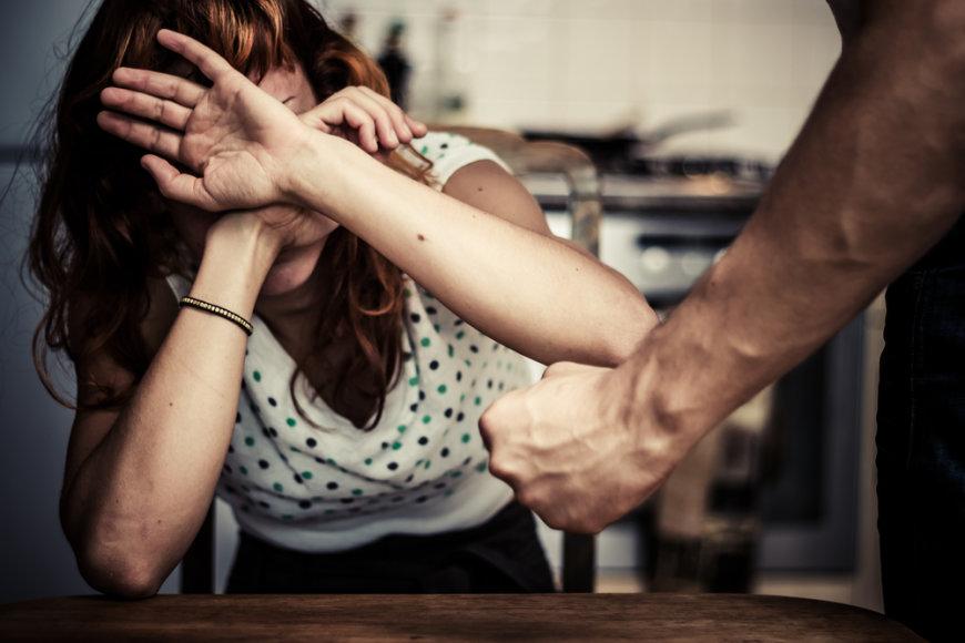 Smurtas šeimoje.