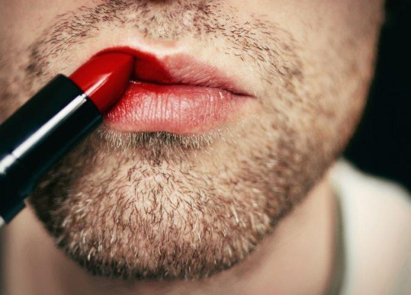 Vyras dažosi lūpas