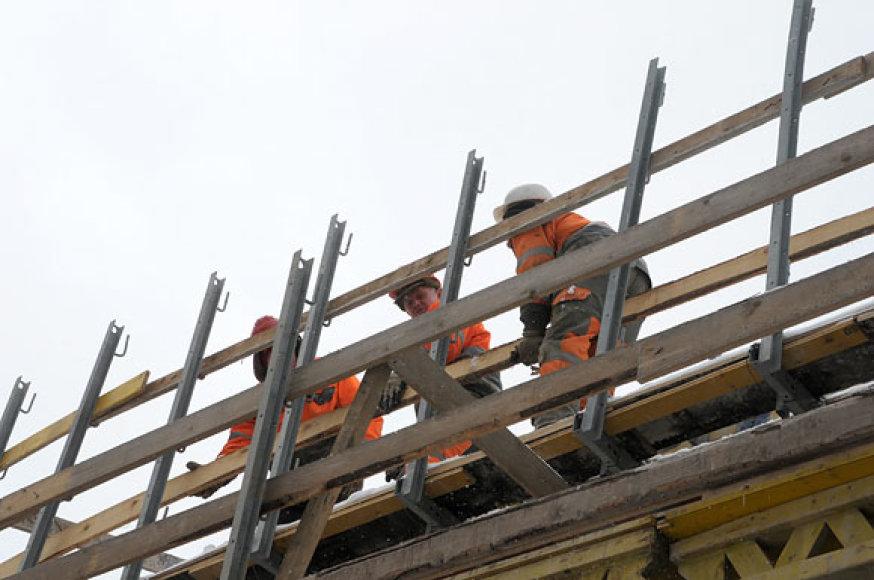Darbininkai tvarko pažeistas konstrukcijas