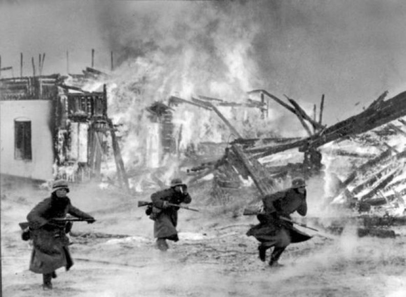 Vokiečių kariai veržiasi per degantį kaimą Norvegijoje (1940 m. balandis)