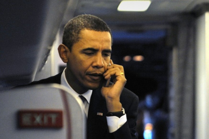 JAV prezidentas Barackas Obama kalba mobiliuoju telefonu