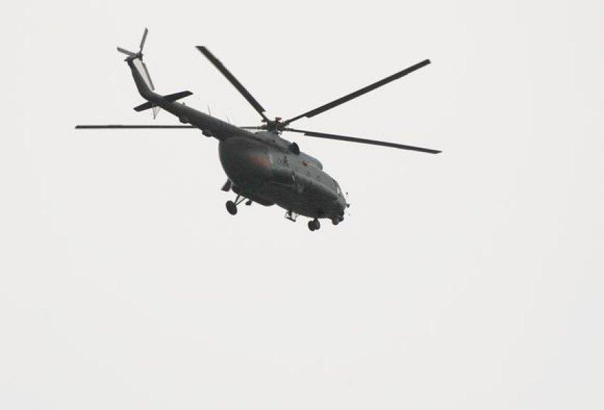 Besileidžiantis sraigtasparnis atgabena donoro širdį.