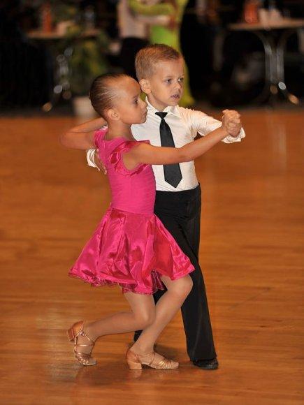 """Jaunieji sportinių šokių klubo """"DaVi"""" šokėjai."""