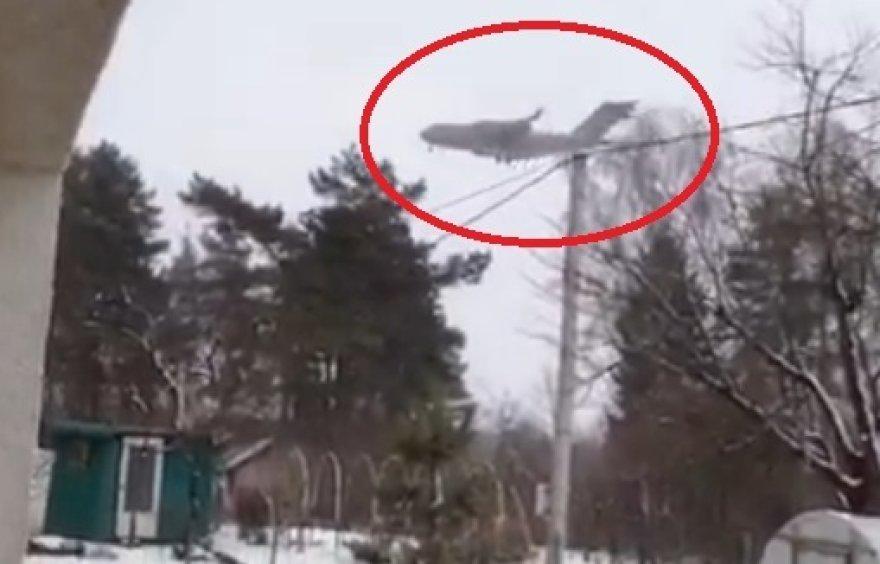 JAV karinis transporto lėktuvas virš Salininkų