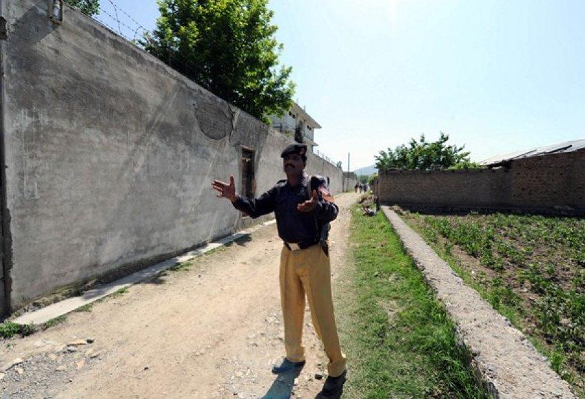 Pakistano policininkas neleidžia toliau eiti spaudos atstovams