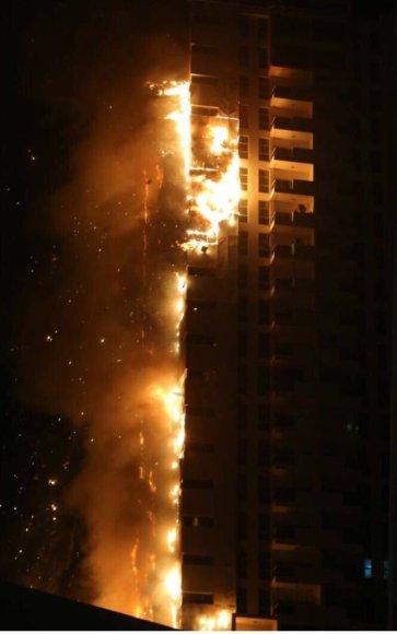 Jungtiniuose Arabų Emyratuose didelis gaisras niokojo dangoraižį